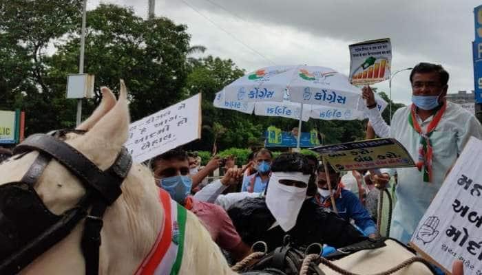 સુરત: ઈંધણના ભાવવધારાના વિરોધમાં કોંગ્રેસના કાર્યકરોએ ઘોડાગાડી ફેરવી સૂત્રોચ્ચાર કર્યા