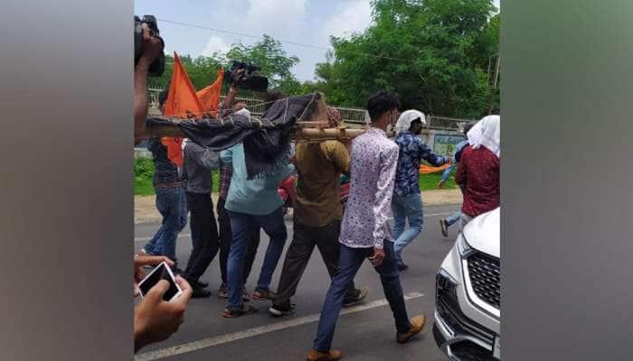 ABVPનું અનોખુ વિરોધ પ્રદર્શન, ગુજરાત યુનિ. તંત્રની નનામી કાઢી, કાર્યકરોની થઈ અટકાયત