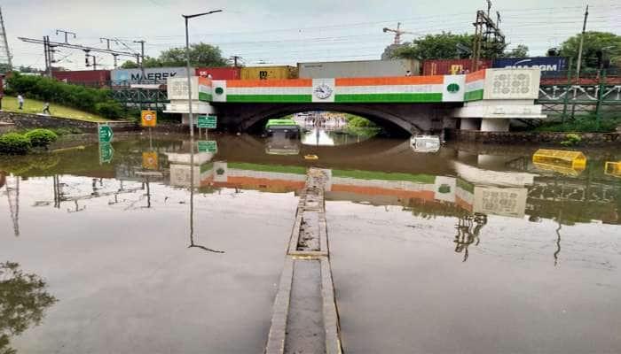 PHOTOS: ભારે વરસાદથી દિલ્હી બેહાલ, મિન્ટો રેલવે બ્રિજ નીચે પાણી ભરાયા, એકનું મોત