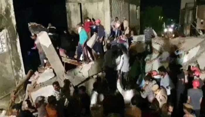 વડોદરા: બાવામાનપુરામાં મોડી રાત્રે નિર્માણાધીન ઈમારત ધરાશાયી, 3 લોકોના મૃત્યુ