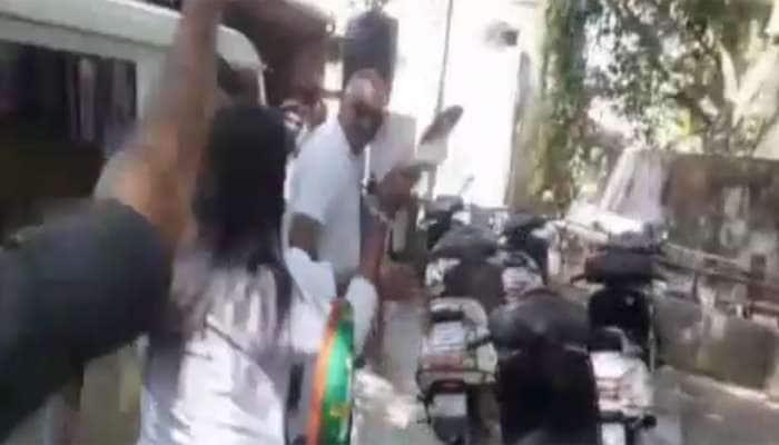 જામનગરમાં રોષે ભરાયેલી મહિલાઓએ પોલીસ સ્ટેશનમાં ઘુસી દુષ્કર્મના આરોપીને ચખાડ્યો મેથીપાક