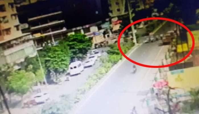સુરત : રોંગ સાઈડથી રસ્તો ક્રોસ કરી રહેલી મહિલાએ ચાર વાહનોને અડફેટે લીધા, CCTV