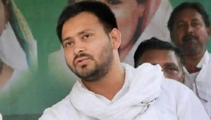 Bihar Election 2020: ઔરંગાબાદમાં સભા દરમિયાન તેજસ્વી યાદવ પર એક યુવકે ફેંક્યું ચપ્પલ, જુઓ VIDEO