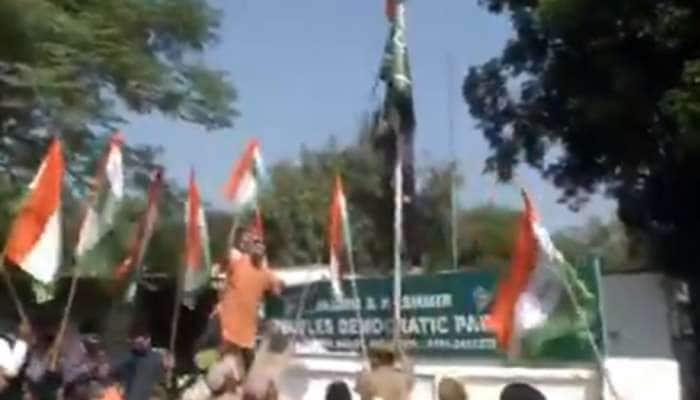 મહેબૂબાના નિવેદન પર બબાલ, BJP કાર્યકરોએ જમ્મુમાં PDP ઓફિસ બહાર ફરકાવ્યો ત્રિરંગો