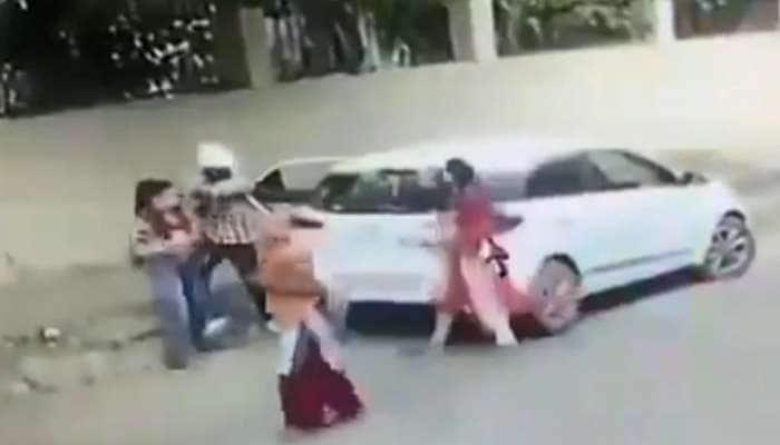 VIDEO: ધોળે દિવસે યુવતીની કોલેજની બહાર ગોળી મારીને હત્યા, ઘટના CCTVમાં કેદ