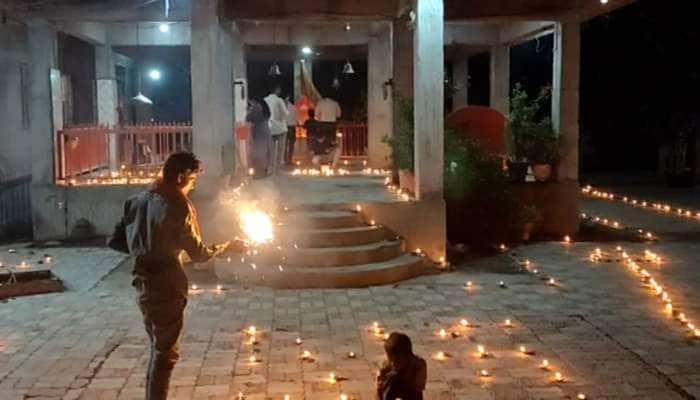 ધોરાજી : 11 સેવકોએ સાથે મળીને 11000 દીવા પ્રગટાવ્યા, આખું હનુમાનજી આશ્રમ રોશન થયું