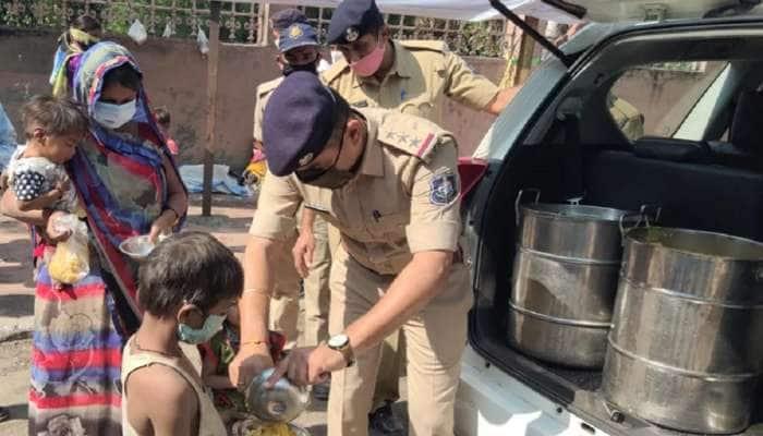 પોલીસનો માનવતાવાદી ચહેરો: કર્ફ્યૂ સમયે પણ શ્રમજીવીઓને પહોંચાડે છે ભોજન