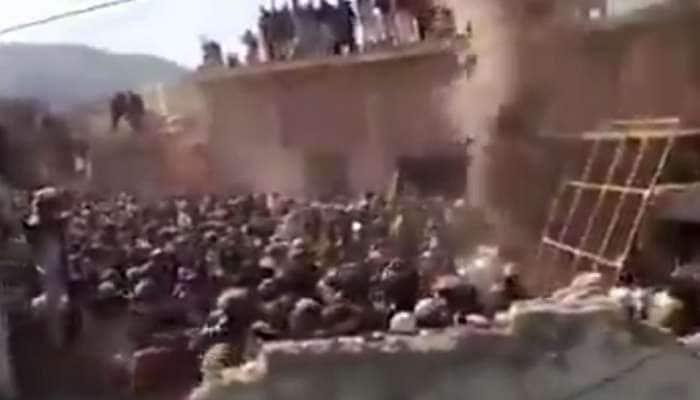 પાકિસ્તાનના ખૈબર પખ્તુનખ્વામાં ઐતિહાસિક મંદિરને ટોળાએ તોડી નાખ્યું, લગાવી આગ
