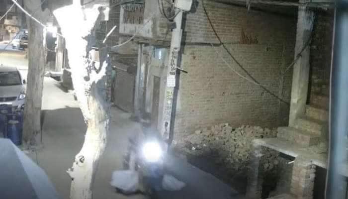 સ્કૂટી પર લાશ લઈને બિન્દાસ ઘૂમતો રહ્યો શખ્સ, CCTV માં કેદ થઈ ઘટના, PHOTOS જોઈને હચમચી જશો