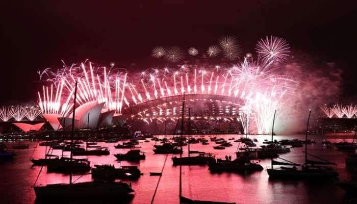 કોરોનાની દહેશત વચ્ચે દુનિયાભરમાં નવા વર્ષનું જોરદાર સ્વાગત, ઉજવણીના PHOTOS