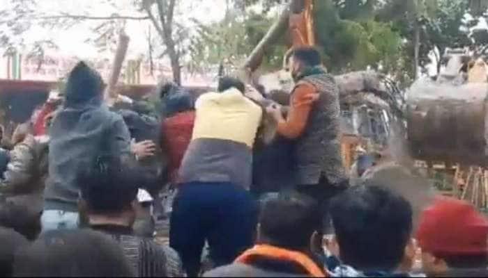UP: અંતિમ સંસ્કારમાં સામેલ થવા સ્મશાન ઘાટ પહોંચેલા લોકો પર છત તૂટી પડી, 17 લોકોના મોત