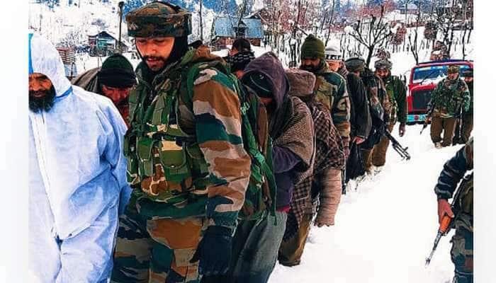 Kashmir માં ભારે હિમવર્ષા વચ્ચે ગર્ભવતી મહિલા માટે Indian army કેવી રીતે બની દેવદૂત, જુઓ તસવીરો