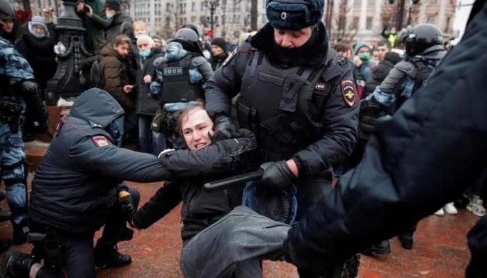 Russia: નવલની સમર્થકોએ -50 ડિગ્રીમાં police પર વરસાવ્યા બરફના ગોળા, હજારો લોકોની ધરપકડ