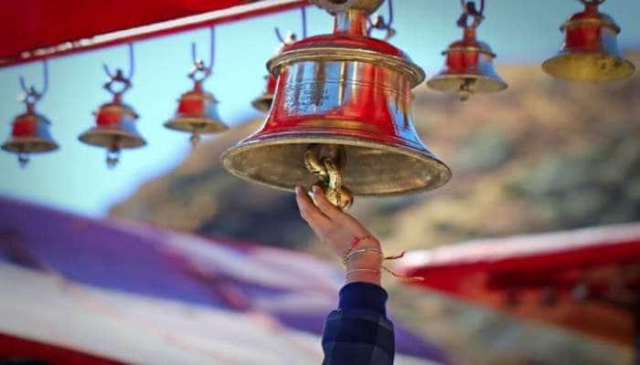 મંદિરમાં જતાં પહેલાં કેમ વગાડાય છે ઘંટ, તેની પાછળ છુપાયેલું છે આ ખાસ કારણ