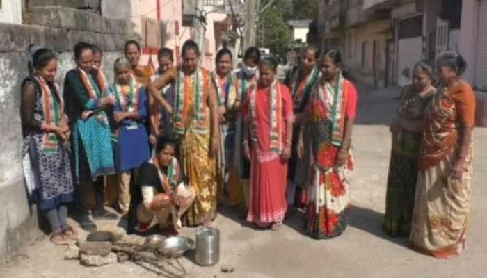 LPG cylinder ના વધી રહેલા ભાવ સામે કોંગ્રેસ મહિલા મોર્ચાનો વિરોધ, ચુલા પર બનાવી રસોઈ
