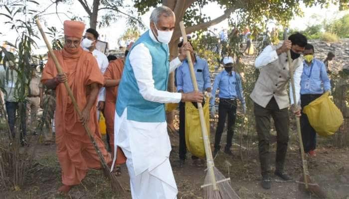 રાજ્યપાલે વેડ ગામે સ્વચ્છતા અભિયાન કર્યું, સુરતી નાગરિકોને શહેરને વધારે સ્વચ્છ બનાવવાની અપીલ કરી