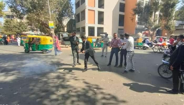 Gujarat: 11 મહિના બાદ રાજ્યની કોર્ટ થઇ શરુ, વકીલોએ ફટાકડા ફોડી કરી ઉજવણી