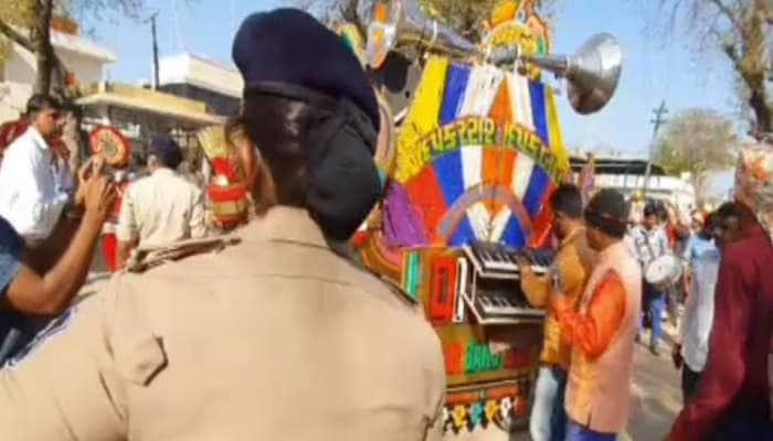 Sabarkatha: જાનૈયા કરતા વધારે પોલીસ, બંદોબસ્ત વચ્ચે જાન કાઢવાની આ પરિવારને કેમ જરૂર પડી?