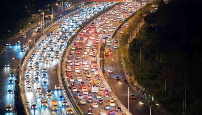 WORLD'S BIGGEST TRAFFIC JAM: જાણો અમેરિકા, રશિયા જેવા દેશમાં લોકોએ કેમ લગાવી 100થી 200 કિલોમીટરની કતારો?