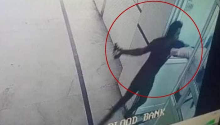 Acid Attack: અમદાવાદની શારદાબેન હોસ્પિટલમાં લેબ ટેક્નિશિયન પર એસિડ એટેક, પોલીસ દોડતી થઇ