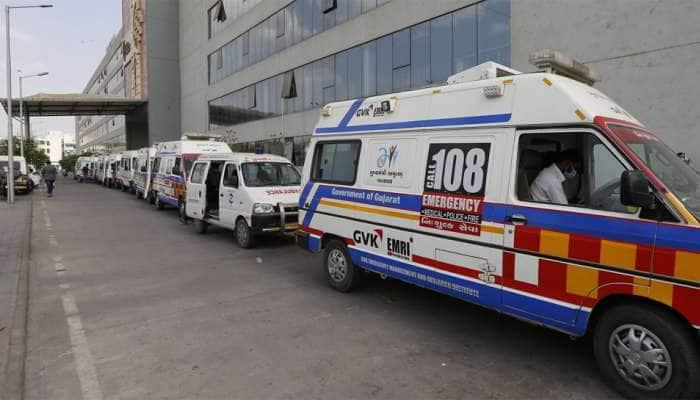 કોરોનાની સુનામી વચ્ચે હોસ્પિટલ બહાર એમ્બ્યુલન્સ લાઇન યથાવત, પોલીસ કર્મચારીઓ ખડેપગ