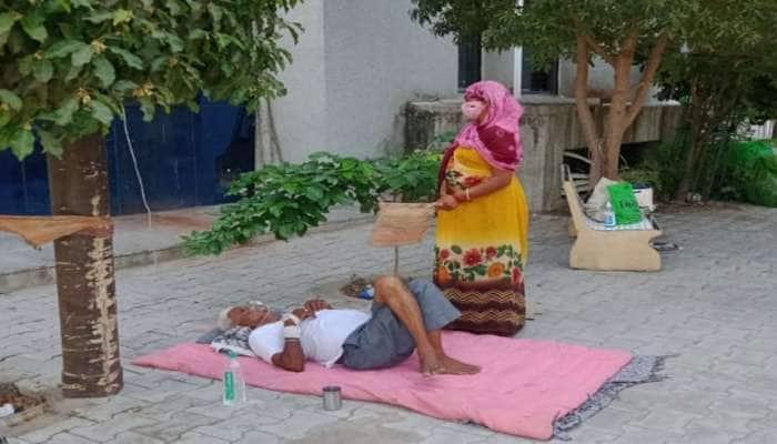 હિંમતનગર સિવિલ હોસ્પિટલની બહાર ભયાવહ દ્રશ્યો, એક દર્દી ખાટલામાં અને એક દર્દી જમીન પર...