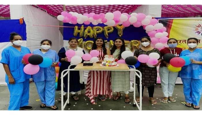 Surat: તબીબ પુત્રીએ મધર્સ ડેની કરી અનોખી ઉજવણી, દર્દીઓ પણ ઝુમી ઉઠ્યાં