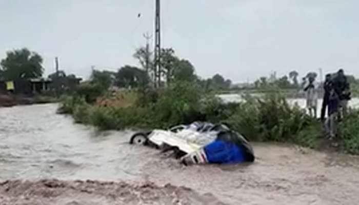 કચ્છ-સૌરાષ્ટ્રમાં ધોધમાર વરસાદ, નડાળા નદીમાં બોલેરો ગાડી તણાઇ, 3નો આબાદ બચાવ