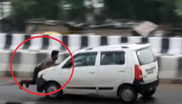 Video: બોનેટ પર લટકતો રહ્યો શખ્સ, તેમ છતાં ડ્રાઈવરે પૂરપાટ ઝડપે દોડાવી કાર