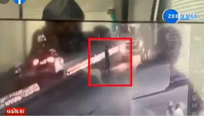 યુવક મોબાઈલમા એવો ખોવાયો કે રસ્તા પર આવતુ મોત પણ ન દેખાયુ, શોકિંગ વીડિયો