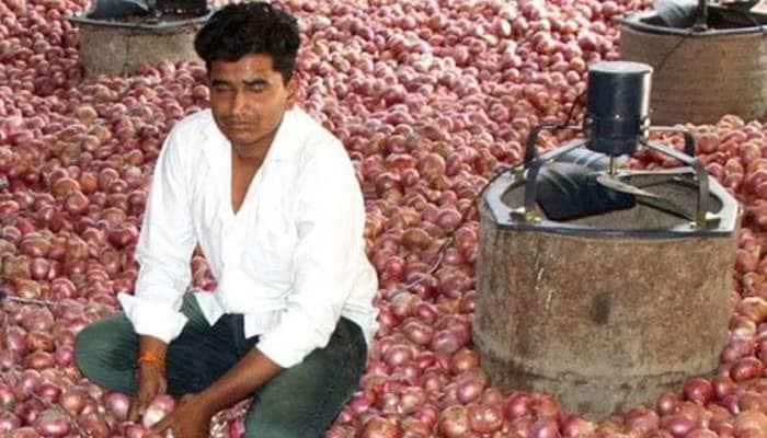 Low cost onion storage facility: ખેડૂતનો જબરદસ્ત દેશી જુગાડ, આ રીતે પાકનો સંગ્રહ કરી ઈચ્છે ત્યારે ઊંચા ભાવે કરે છે વેચાણ