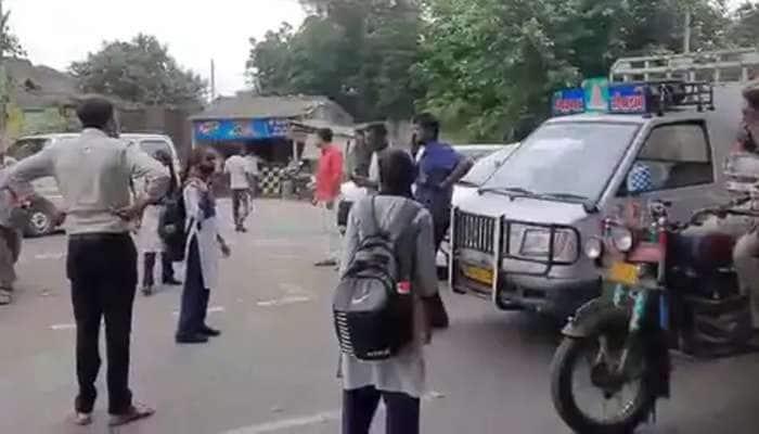 જામનગર: શાળાએ જવા માટે સમયસર બસ ના મળતા સીદસર ગામ પાસે વિદ્યાર્થીઓએ કર્યો ચક્કાજામ