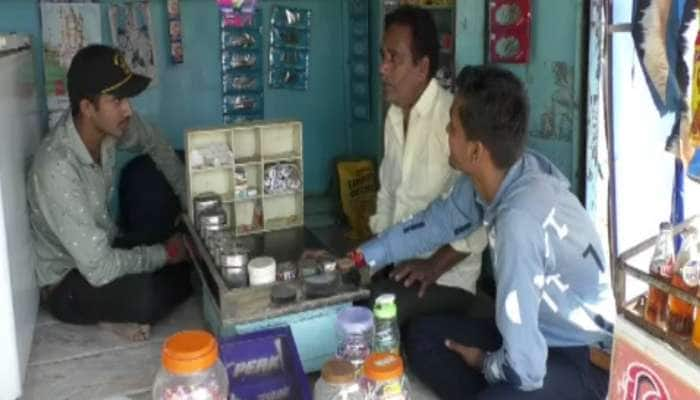 Success Story : ગરીબ પિતાનો પરિશ્રમ ન ભૂલ્યા દીકરા, સંકોચ વગર નાનકડી દુકાન પર કરે છે મદદ