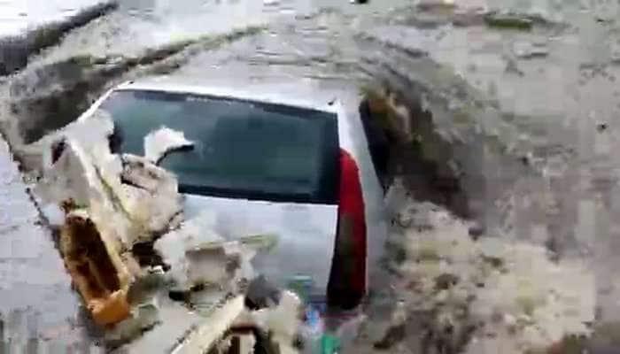સૌરાષ્ટ્રમાં બારે મેઘ ખાંગા, વીજળી પડતા 5 ના મોત, રસ્તાઓ પર નદીઓ વહેતી થતા ગાડીઓ તણાઇ, ફ્લાઇટ ડાયવર્ટ કરાઇ