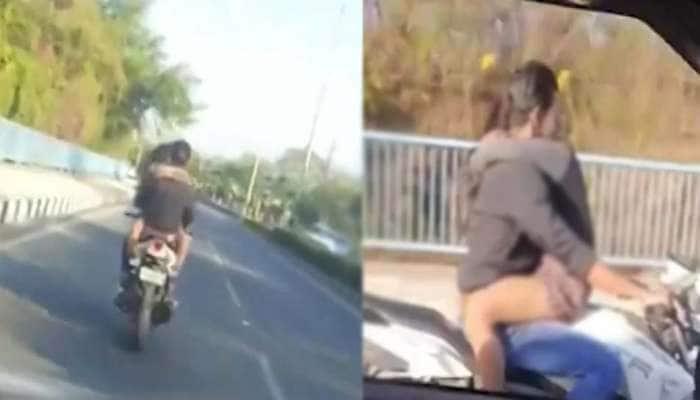 ચાલુ બાઈકે યુવક યુવતીએ રોમાન્સની તમામ હદો પાર કરી, Video વાયરલ થતા પોલીસ કપલની શોધમાં