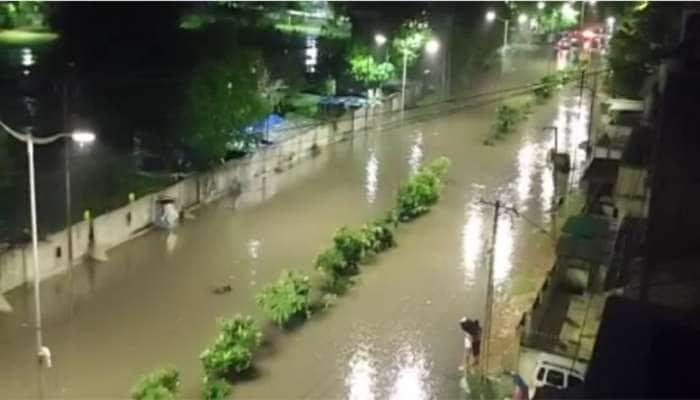 વડોદરામાં 4 ઈંચ વરસાદથી લોકોના ઘરોમાં પાણી ઘૂસ્યા, ગણેશ પંડાલ તૂટતા બે લોકો ઈજાગ્રસ્ત