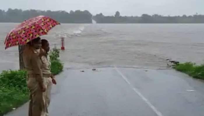 વરસાદે ભારે કરી: ઉકાઇ ડેમમાંથી પાણી છોડાતા તાપી બે કાંઠે, 10 ગામો સંપર્કવિહોણા
