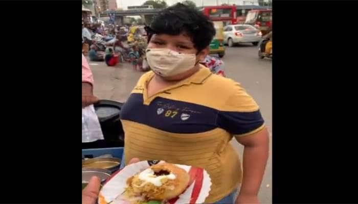 ગુજરાતમાં ટ્રેન્ડિંગ થયો આ છોકરાનો વીડિયો, જે રેલવે સ્ટેશન પર વેચી રહ્યો છે દહી કચોરી