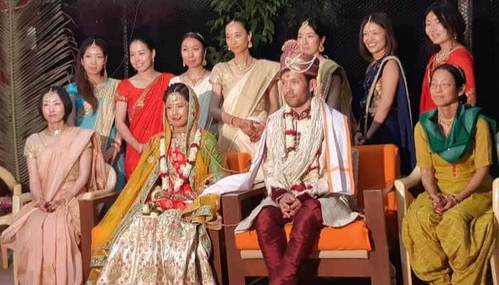 Pics: જાપાનીઝ યુગલને ભારતનું ઘેલુ!! ભારતીય પરંપરાથી આશ્રમમાં પરણ્યા, સંસ્કૃતના શ્લોક બોલ્યા