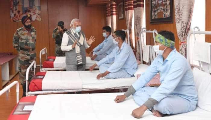 સરહદ પર ઘાયલ થયેલા સૈનિકોને મળવા પહોંચ્યા PM મોદી, જુઓ તસવીરો...