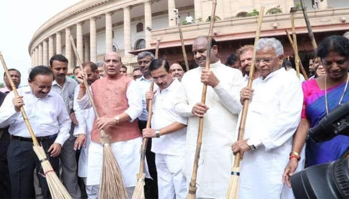 BJPના દિગ્ગજ મંત્રીઓ અને સાંસદો ઝાડું લઈને સંસદ પરિસરમાં સફાઈ કરતા જોવા મળ્યાં, જુઓ PHOTOS