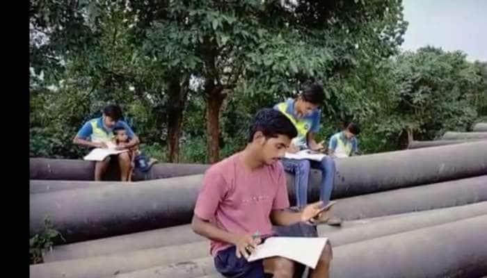 ગુજરાતના આ ગામના બાળકો મોબાઈલ નેટવર્ક માટે પહાડીઓ પર ભટકે છે, ત્યારે જઈને માંડ ઓનલાઈન અભ્યાસ થાય છે